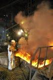 Flüssiges heißes Stahlgießen und Arbeitskraft Stockfotos