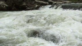 Flüssiges klares Flusswasser strömen mit weißem und transparente Blasen mit spritzt stock video footage
