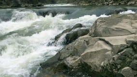 Flüssiges klares Flusswasser strömen mit weißem und transparente Blasen mit spritzt stock video