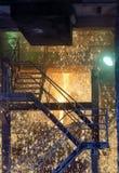 Flüssiges Metall, das aus Ofen heraus gießt Lizenzfreie Stockfotos