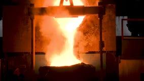Flüssiges Metall, das aus Ofen heraus gießt Flüssiges Metall vom Hochofen stock video