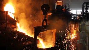 Flüssiges Metall in der Gießerei lizenzfreie stockfotografie