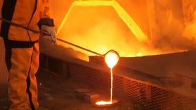 Flüssiges Metall, schmelzendes Metall, das flüssige Metall stock video footage