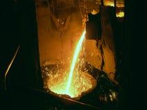 Flüssiges Metall von der Gießkelle lizenzfreie stockbilder