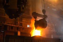 Flüssiges rotes metall in der Gießerei Lizenzfreies Stockbild