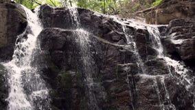 Flüssiges Wasser im felsigen Weg im Naturpark Gebirgswasserfallstrom stock footage