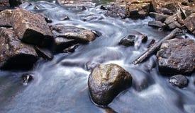 Flüssiges Wasser von Fluss Lizenzfreie Stockfotos