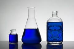 Flüssigkeit in den Laborflaschen Wissenschaftliches biochemisches Labor Bunte Flüssigkeit lizenzfreies stockbild