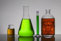 Flüssigkeit in den Laborflaschen Wissenschaftliches biochemisches Labor Bunte Flüssigkeit stockfoto