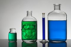 Flüssigkeit in den Laborflaschen Wissenschaftliches biochemisches Labor Bunte Flüssigkeit stockfotos