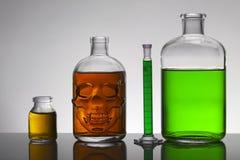 Flüssigkeit in den Laborflaschen Wissenschaftliches biochemisches Labor Bunte Flüssigkeit lizenzfreies stockfoto