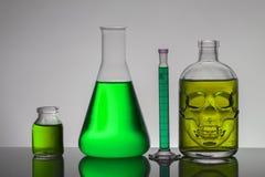 Flüssigkeit in den Laborflaschen Wissenschaftliches biochemisches Labor Bunte Flüssigkeit lizenzfreie stockfotografie