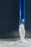 Flüssigkeit eingefroren im Abflussrohr Stockbild