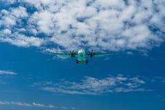 Fl?che im Himmel, der f?r eine Landung hereinkommt stockbilder