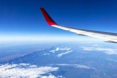Fl?gel eines Flugzeugfliegens ?ber den Morgenwolken und dem Andengebirgszug stockbild