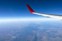 Fl?gel eines Flugzeugfliegens ?ber den Morgenwolken und dem Andengebirgszug lizenzfreie stockfotos