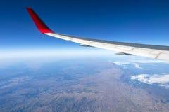 Fl?gel eines Flugzeugfliegens ?ber den Morgenwolken und dem Andengebirgszug stockbilder