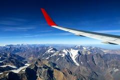 Fl?gel eines Flugzeugfliegens ?ber den Morgenwolken und dem Andengebirgszug stockfotos