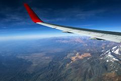 Fl?gel eines Flugzeugfliegens ?ber den Morgenwolken und dem Andengebirgszug stockfoto