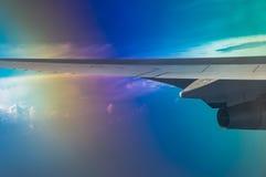 Fl?gel eines Flugzeugflugwesens ?ber den Wolken lizenzfreie stockfotografie