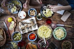 Flach-Lage, Abendessen, Lebensmittel, Grill, Rindfleisch, Snäcke, fingerfoods Mahlzeit, Feiertag Buffet-Partei-Konzept lizenzfreies stockfoto