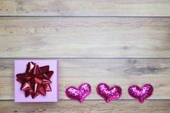 Flach-Lagehintergrund für Valentinstag, Liebe, Herzen, Geschenkbox Kopienraum lizenzfreie stockfotos