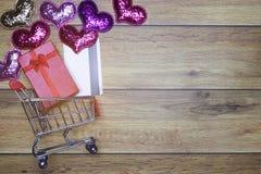 Flach-Lagehintergrundeinkaufen für Konzept der Liebe eine für Valentinsgrußhintergrund stockfotos