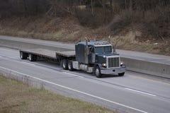 Flachbett-halb LKW auf der Datenbahn Stockbild