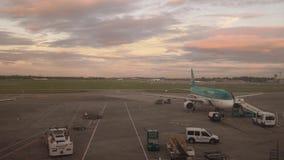 Flache Aufwartung am Tor in Dublin-Flughafen an der Dämmerung stock video