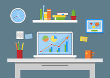Flache Designvektorillustration, moderner Büroinnenraum Kreativer Büroarbeitsplatz mit Computer, Anmerkungen, Ordner, Bücher Lizenzfreie Stockbilder