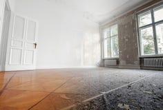 Flache Erneuerung, leerer Raum vor und nach Erneuerung oder Wiederherstellung lizenzfreie stockbilder
