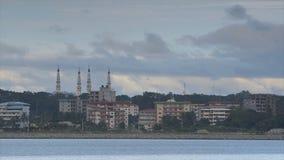Flache Gebäude und Moscheenminaretts, Conakry stock video