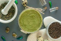 Flache gelegte Körperpflegeprodukte mit Tee-, Salz-, Kaffee-, Naturöl- und Wachteleiern Des Badekurortes Leben noch Körperschale stockfotos