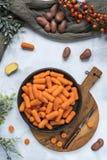 Flache gelegte Karotten und Kartoffeln lizenzfreies stockbild
