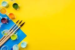 Flache gelegte Komposition mit verschiedenen Acryl- oder Ölfarben und Bürsten auf Grungehintergrund stockbilder