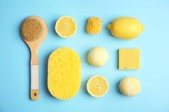 Flache gelegte Zusammensetzung mit Badebomben, Toilettenartikeln und Zitronen lizenzfreies stockfoto