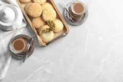 Flache gelegte Zusammensetzung mit Behälter von Plätzchen für islamische Feiertage, Schalen und Raum für Text auf Tabelle lizenzfreies stockfoto
