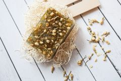 Flache gelegte Zusammensetzung mit handgemachten Stück Seifen mit getrockneten Jasminblumen und -bestandteilen auf weißem hölzern stockfotos