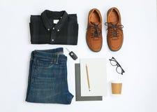 Flache gelegte Zusammensetzung mit Hemd, Jeans, Schuhen und Gläsern stockbilder