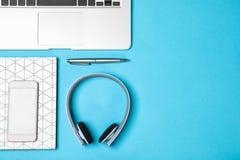 Flache gelegte Zusammensetzung mit Kopfhörern, Laptop und Raum für Text stockfotos