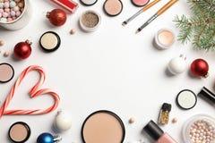 Flache gelegte Zusammensetzung mit kosmetischen Produkten und Weihnachtsdekor auf weißem Hintergrund stockbilder