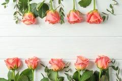 Flache gelegte Zusammensetzung mit rosa Rosen und Raum für Text stockfotos