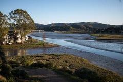 Flache Gezeiten auf einem Wohn- Ozeaneinlaß in Nord-Kalifornien Stockfoto