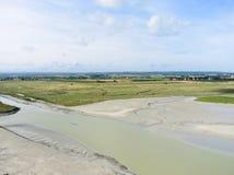 Flache Gezeiten- Bucht und Weide nahe mont Heiligmichel Stockfoto