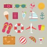 Flache Ikone des Sommers eingestellt auf den Strand Stockbilder