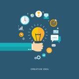 Flache Illustration der kreativen Idee mit der Hand, die Birne und Ikonen hält Lizenzfreie Stockfotos