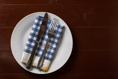 Flache Lage über Gabel und Messer auf dem dishtowel mit Kopienraum Stockfotos