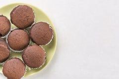 Flache Lage über Schokoladenschale backt auf dem weißen Marmorhintergrund mit Kopienraum zusammen lizenzfreies stockbild