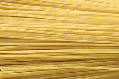 Flache Lage, Abschluss oben, rohe Spaghettis stockfotos