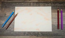 Flache Lage, Bleistifte mit Papier Lizenzfreies Stockbild